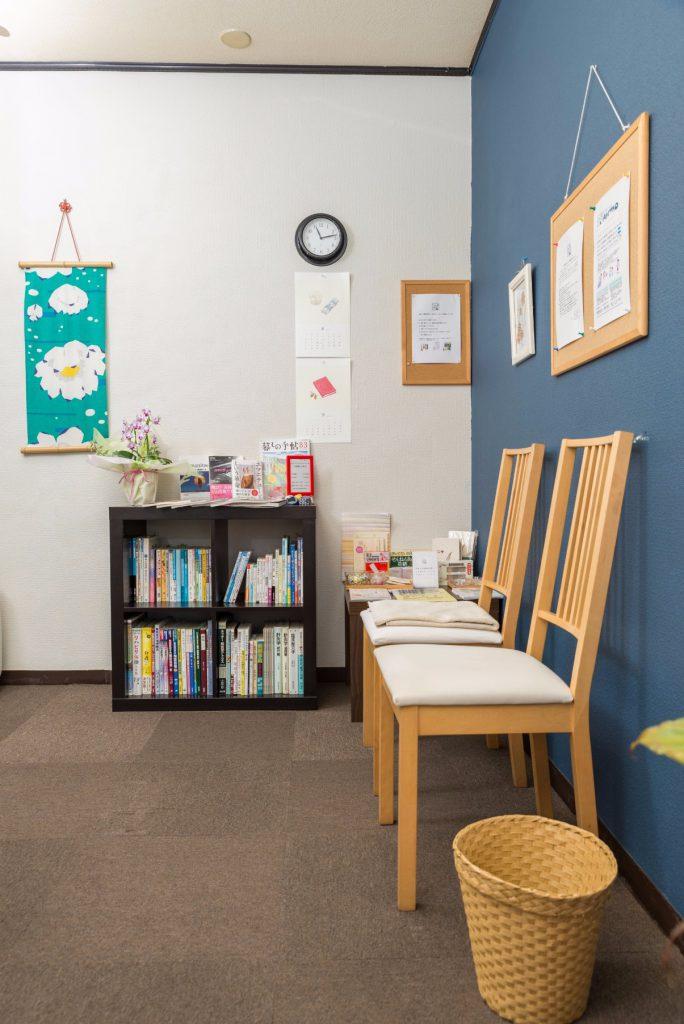待合室と書棚